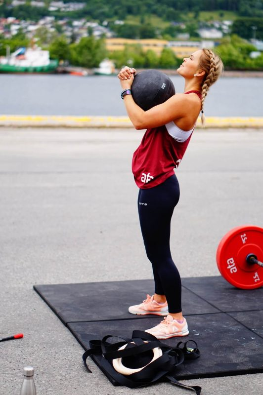 girl lifting heavyball